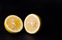 Hälfte der saftigen Zitrone in den Wassertröpfchen Lizenzfreies Stockbild