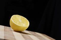 Hälfte der Zitrone auf hölzernem Küchevorstand Stockfotos