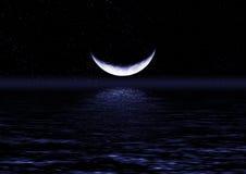 Hälfte des Mondes reflektierte sich im Wasser Lizenzfreies Stockbild