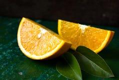 Hälfte des orange, orange Läppchens Obenliegende Ansicht Stockfotos