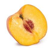 Hälfte des Pfirsiches lokalisiert auf dem weißen Hintergrund Stockfoto