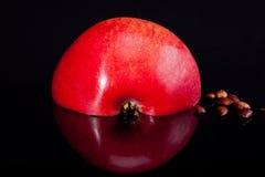 Hälfte des roten Apfels lokalisiert auf schwarzem Hintergrund Stockfoto