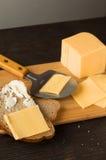 Hälfte ein Brötchen mit Käse und undeutlichen Brötchen im Hintergrund Lizenzfreie Stockfotografie