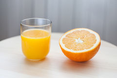 Hälfte eine Orange lizenzfreie stockbilder
