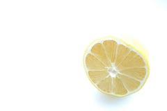 Hälfte eine Zitronenzitrusfrucht auf einem hellen Hintergrund Lizenzfreies Stockbild