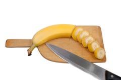 Hälfte geschnittene Banane an Bord Lizenzfreie Stockbilder