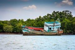 Hälfte gesunkener Schiffbruch in Krabi, Thailand stockfoto