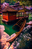 Hälfte gesunkenes traditionelles Boot in Fenghuang, Hunan, China Stockfotografie