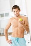 Hälfte-nackter Mann mit Apfel Stockfotografie