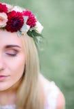 Hälfte schönen Braut ` s Gesichtes mit roten Blumen Stockbilder