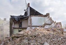 Hälfte stürzte das Backsteinhaus ein, das im Staub und im Rückstand bedeckt wurde Lizenzfreies Stockbild