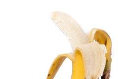 Hälfte zog der Banane ab, die auf weißem Beschneidungspfad lokalisiert wurde Stockfotos