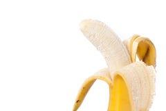 Hälfte zog der Banane ab, die auf weißem Beschneidungspfad lokalisiert wurde Lizenzfreie Stockfotografie