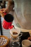 Häll över att brygga för kaffedroppande royaltyfri bild