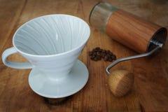 Häll över kaffe som bryggar utrustningar arkivbild