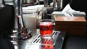 Häll den söta röda drinken in i exponeringsglas lager videofilmer