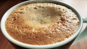 Häll socker in i ett kaffe lager videofilmer