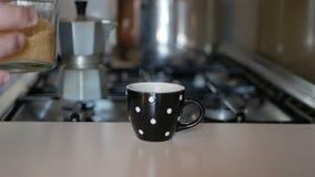 Häll sockret in i kaffekoppen stock video