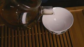 Häll teet in i en kopp Närbild långsam rörelse lager videofilmer