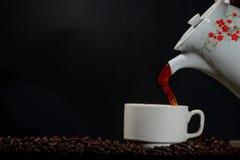 Häll upp i kaffe in i en kopp Arkivbilder