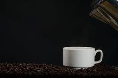 Häll upp i kaffe in i en kopp Fotografering för Bildbyråer