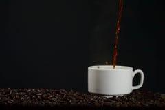 Häll upp kaffe in i en kopp Royaltyfria Bilder