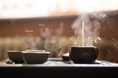 Hälla av Puer te från tekannan på teceremoni för traditionell kines Uppsättning av utrustning för att dricka te royaltyfria foton