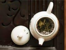 Hälla av utsökt grönt te från tekannan på teceremoni för traditionell kines Uppsättning av utrustning för att dricka te Royaltyfria Foton