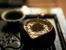 Hälla av utsökt grönt te från tekannan på teceremoni för traditionell kines Uppsättning av utrustning för att dricka te Arkivfoto