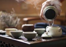 Hälla av utsökt varmt te i tekanna på teceremoni för traditionell kines Uppsättning av utrustning Arkivbilder