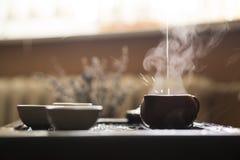 Hälla av utsökt varmt te i tekanna på teceremoni för traditionell kines Uppsättning av utrustning Arkivfoton