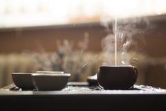 Hälla av utsökt varmt te i tekanna på teceremoni för traditionell kines Uppsättning av utrustning Royaltyfri Fotografi