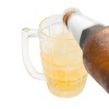 Hällande öl ner exponeringsglaset royaltyfri foto