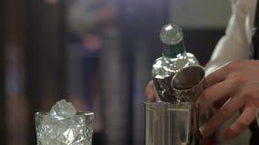 Hällande alkohol för bartender till metallshaker arkivfilmer