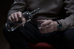 Hällande alkohol till exponeringsglaset Royaltyfri Bild