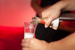 Hällande alkoholdrycker Arkivbilder