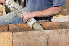 hällande arbetare för cementkonstruktionsfundament Royaltyfri Bild