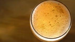 Hällande bästa sikt för öl stock video