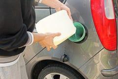 hällande bensin in i gasbehållaren Royaltyfria Bilder