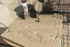 Hällande betong in i konstruktionen av huset Arkivfoto