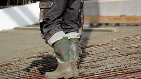 Hällande cement på jordningen stock video