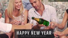 Hällande champagne för man in i hans vänexponeringsglas på helgdagsafton för nytt år arkivfilmer