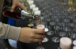 Hällande champagne för person Arkivbilder