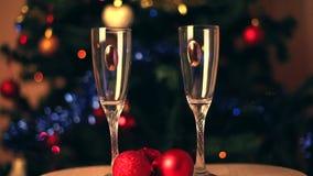 Hällande champagne in i exponeringsglas arkivfilmer