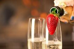 Hällande champagne in i exponeringsglas. Arkivfoto
