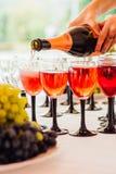 Hällande champagne in i exponeringsglas på en celebratory tabell fotografering för bildbyråer