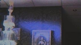 Hällande champagne i flöjter som gör pyramiden att stå högt bröllop lager videofilmer