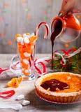 Hällande choklad för hand på den syrliga mandarinen Royaltyfri Fotografi