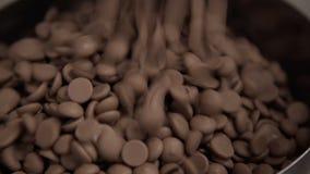 Hällande choklad in i bunken för att blanda Teknologi av produktion av sötsaker i fabrik arkivfilmer