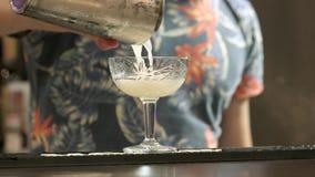 Hällande coctail för bartender från shaker arkivfilmer